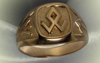 золотое кольцо с рунами